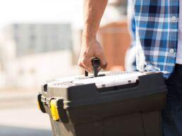 Teamwork bei Energas: Servicemitarbeiter mit Werkzeugkoffer