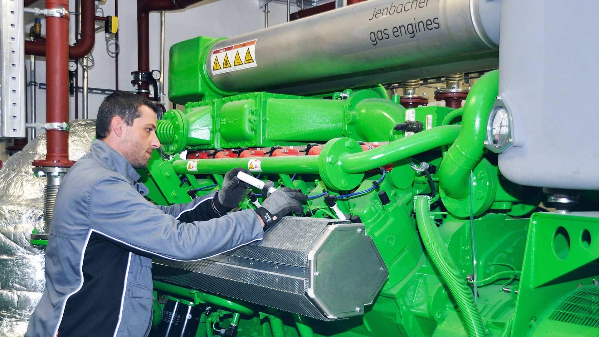 Gemäß VDI 4680: Ein ausgebildeter Servicemitarbeiter von Energas prüft eine Jenbacher BHKW-Anlage